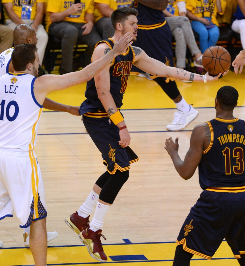 OAKLAND, CA - JUNE 14: Mike Miller #18 of the Cleveland Cavaliers passes the ball against the Golden State Warriors in Game Five of the 2015 NBA Finals on June 14, 2015 at ORACLE Arena in Oakland, CA. NOTE TO USER: User expressly acknowledges and agrees that, by downloading and or using this photograph, user is consenting to the terms and conditions of Getty Images License Agreement. Mandatory Copyright Notice: Copyright 2015 NBAE (Photo by Garrett Ellwood/NBAE via Getty Images)