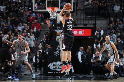 SAN ANTONIO, TX - NOVEMBER 5: Blake Griffin #32 of the Los Angeles Clippers shoots the ball against the San Antonio Spurs on November 5, 2016 at the AT&T Center in San Antonio, Texas. NOTE TO USER: User expressly acknowledges and agrees that, by downloading and or using this photograph, user is consenting to the terms and conditions of the Getty Images License Agreement. Mandatory Copyright Notice: Copyright 2016 NBAE (Photos by Mark Sobhani/NBAE via Getty Images)